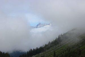 Montagnes d'altitude au travers des nuages
